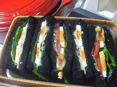 竹炭パンのサンドイッチ